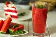 Vattenmelonfruktsaft som roteras på tabellen arkivbilder
