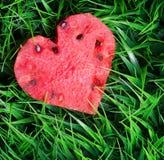 Vattenmelonhjärta på grönt gräs Royaltyfri Fotografi