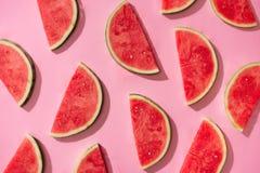 Vattenmelonmodell Skivad vattenmelon på vit bakgrund Lekmanna- lägenhet, bästa sikt Royaltyfri Foto