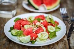 Vattenmelonsallad med gurkor och örter Royaltyfri Foto