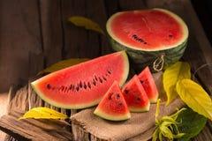 Vattenmelonskiva på en lantlig wood bakgrund royaltyfri fotografi