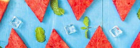 Vattenmelonskivor och mintkaramell f?r b?sta sikt p? ljus och bl? tr?bakgrund f?r is, organiskt frukticke-gift f?r begrepp f?r h? arkivfoton