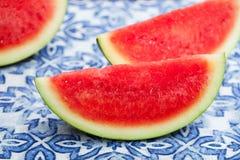 Vattenmelonskivor på blå textilbakgrund Ny organisk produkt close upp arkivfoton