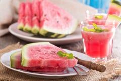 Vattenmelonskivor på en platta Royaltyfri Bild