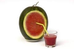 Vattenmelonsmoothie med vattenmelon på den vita plattan Royaltyfri Foto