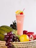 Vattenmelonsmoothie med vattenmelonskivor och blandad fruktisolator Fotografering för Bildbyråer