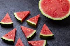 Vattenmelonstycken i en svart bakgrund royaltyfri foto