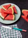 Vattenmelonstycken i en svart bakgrund royaltyfria foton
