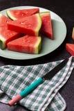 Vattenmelonstycken i en svart bakgrund royaltyfria bilder