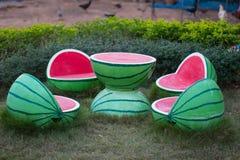 Vattenmelontabell i trädgården royaltyfria foton