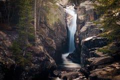 Vattennedgång i stenblock Arkivfoto