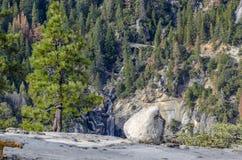 Vattennedgång i Yosemite NP Kalifornien Royaltyfri Fotografi