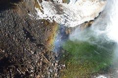 Vattennedgång och regnbåge Arkivfoto