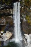 Vattennedgång och regnbåge arkivfoton