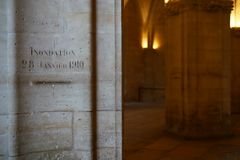 Vattennivån av floden uppstod på Januari 28, 1910 i Paris, återstod på en pelare av den Conciergerie medeltalen royaltyfria bilder
