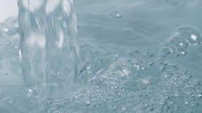 Vattenpåfyllningbadet badar stock video