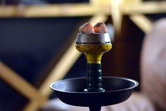 Vattenpipa med varma kol royaltyfri foto