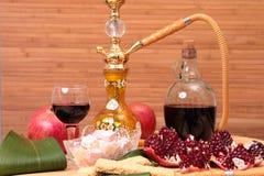 Vattenpipa, vin och sötsaker Royaltyfria Bilder