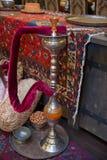 Vattenpipan dekoreras med druvor och skivor av grapefrukten Kopparkrok Bowlar varma kol för vattenpipa på shisha stilfull orienta fotografering för bildbyråer