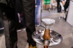 Vattenpipauppassare Prepares ett Shisha rör för att röka royaltyfri foto