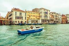 Vattenpolisen patrullerar i Venedig, Italien Royaltyfria Bilder