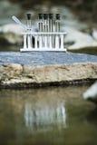 Vattenprövkopior vid en ström Arkivbild