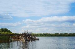 Vattenpumpen pumpar vatten från floden för att bevattna landsträdgårdarna royaltyfri foto