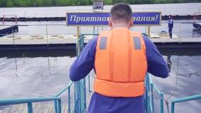 Vattenräddarebrådska till räddningsaktionen materiel Räddare i kugghjul på plattformen arkivfilmer