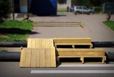 Vattenrör och träplattform Arkivfoto