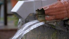 Vattenrör under regnet lager videofilmer
