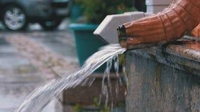 Vattenrör under regnet stock video