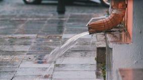 Vattenrör under regnet arkivfilmer