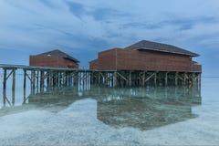 Vattenreflexion av huset som lokaliseras på havet Royaltyfri Bild
