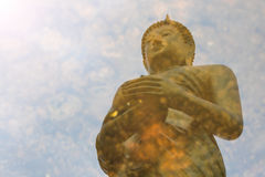 Vattenreflexion, Buddha, allmosa Arkivbilder