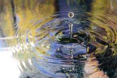 Vattenreflexion och vattendroppe Arkivbilder