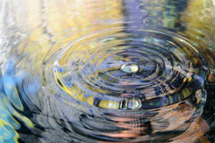 Vattenreflexion och vattendroppe Royaltyfri Foto
