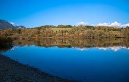 Vattenreflexion - sjö Liptovska Mara, Slovakien arkivfoton