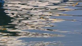 Vattenreflexioner på hamnen arkivfilmer