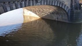 Vattenreflexioner på stenbron arkivfilmer