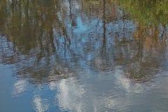 Vattenreflexionsabstrakt begrepp Arkivfoton