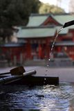 vattenrening på en relikskrin i Japan Arkivfoton