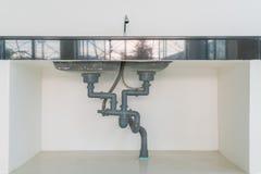 Vattenrör under vask Arkivfoto