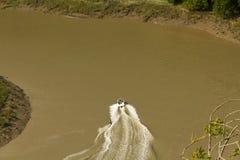 Vattenskidåkning på flodwyen, Wintours hoppar. Arkivfoton