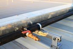 Vattenslanghaklapp för solpanellokalvård Fotografering för Bildbyråer