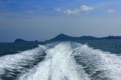 Vattenslinga bak snabba motorbåten Royaltyfri Bild