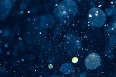 Vattensmå droppar catpured i luften med blå defocused bakgrund arkivbild