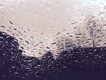 Vattensmå droppar på bilvindrutan Royaltyfri Bild