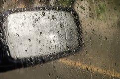 Vattensmå droppar på exponeringsglas. Royaltyfria Foton