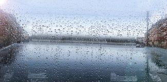 vattensmå droppar som ackumulerar i husfönstret arkivbild