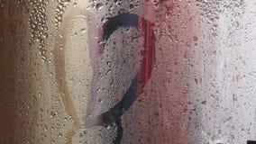 Vattensmå droppar som tränger igenom behållaren royaltyfri fotografi